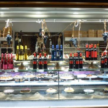 SEMON, excelente charcutería de Barcelona, expone en sus escaparates, buena parte de Vinos de nuestra gama Platinum.